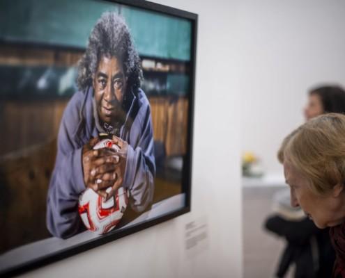 Señora mirando una de las fotografías ganadoras del concurso fotográfico Mirar en grande 2019
