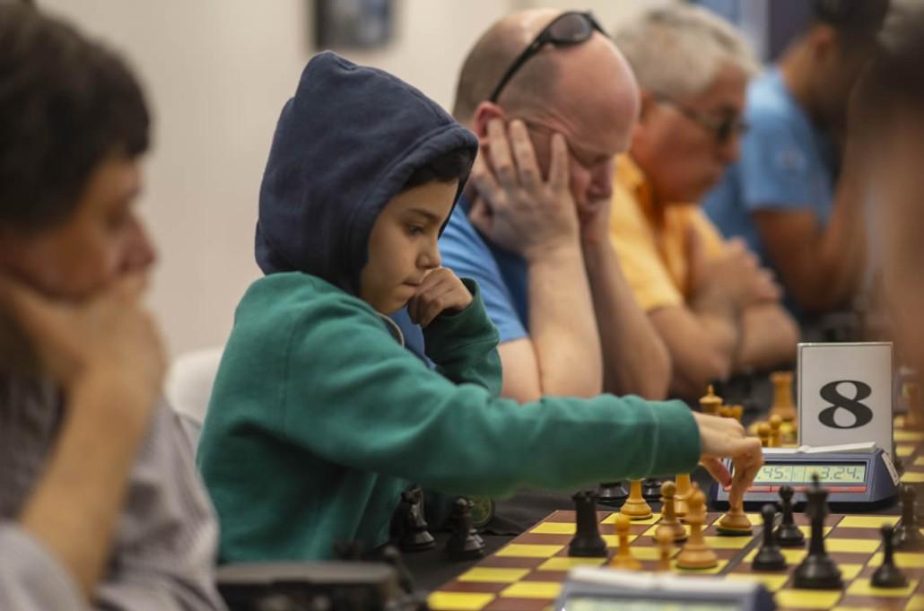 Foto de niño y adulto mayor jugando al ajedrez - Torneo Intergeneracional III