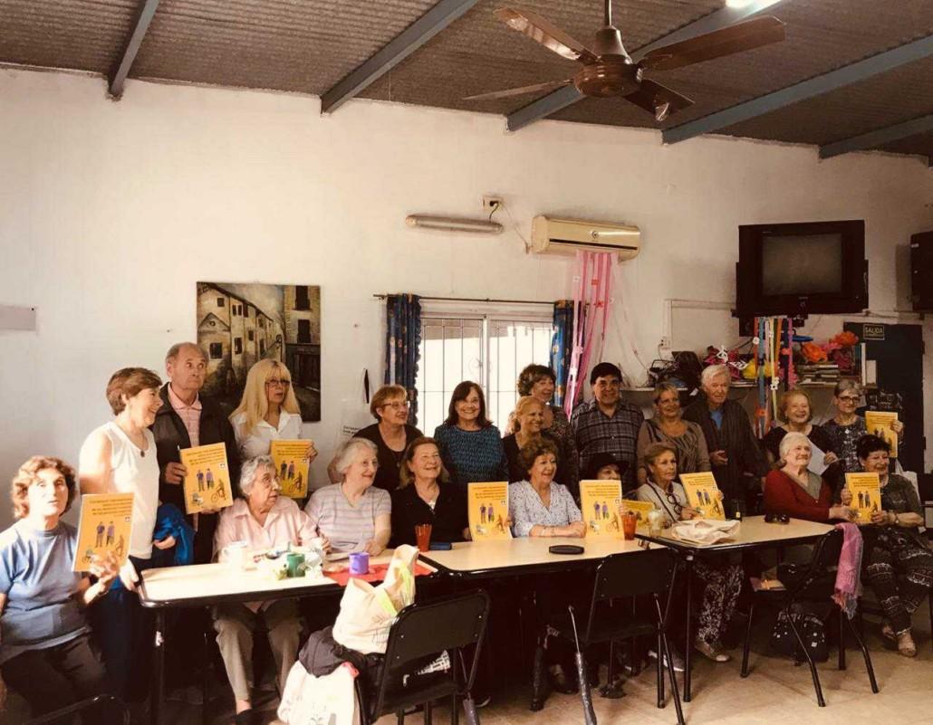 Un grupo de adultos mayores mostrando la Convención